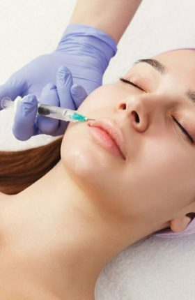 woman-getting-beauty-injection-at-salon-PYDHY6C.jpg
